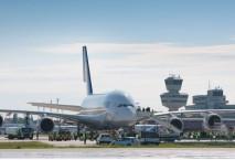 Rollbahn mit Maschine auf dem Flughafen Berlin Tegel