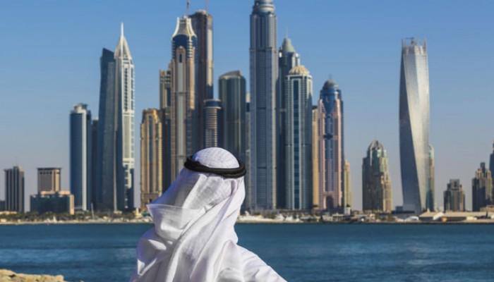 Emirati vor Dubai Skyline