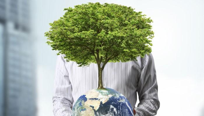 Mann mit Globus und Baum
