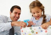 Geschäftsmann freut sich mit Tochter über Geschenk