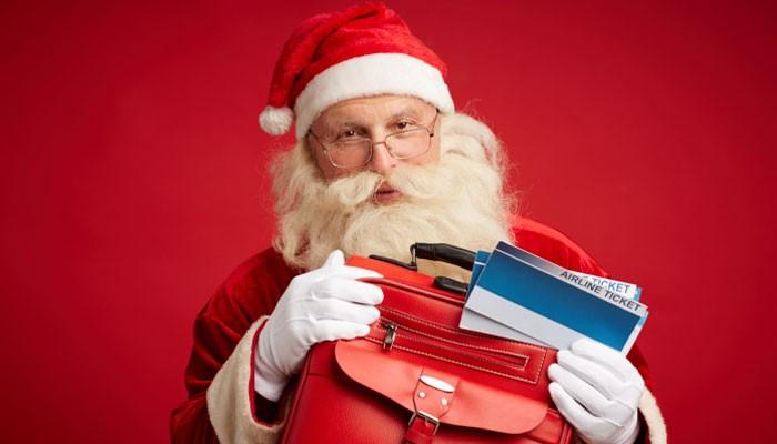 Weihnachtsmann mit Flugtickets