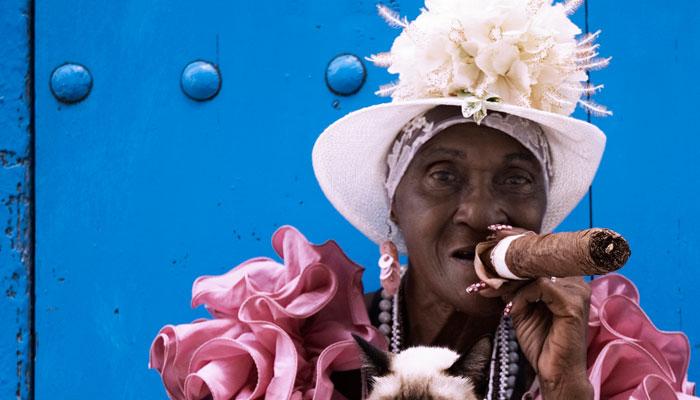 Kubanerin mit großer Zigarre