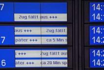 Anzeigentafel mit Verspätungen DB