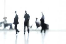 Geschäftsmänner am Flughafen im Gegenlicht