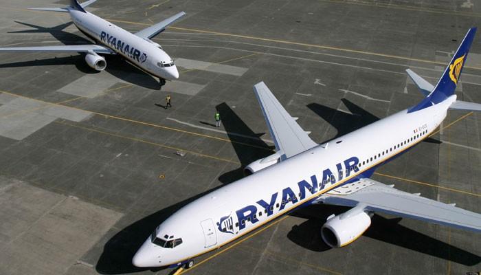 Maschinen von Ryanair auf der Rollbahn