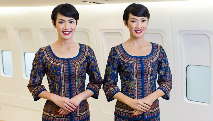 Das Singapore Girl Nur Surya Binte Mohamed Ambiah (links) und ihr Wachsabbild. Foto: Singapore Airlines