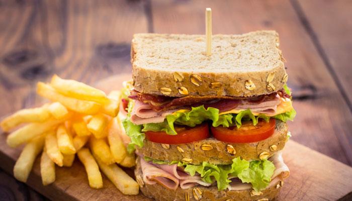 Club-Sandwich und Pommes Frites