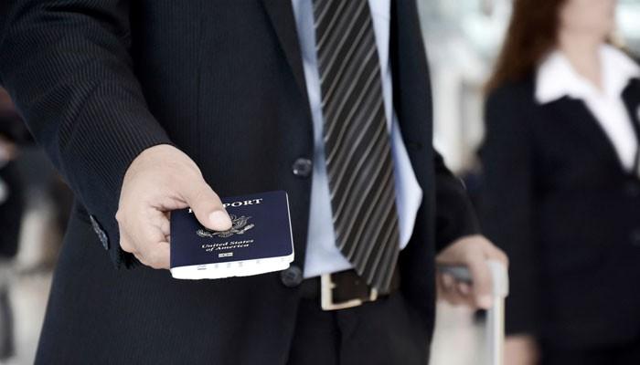 Geschäftsmann mit amerikanischem Reisepass