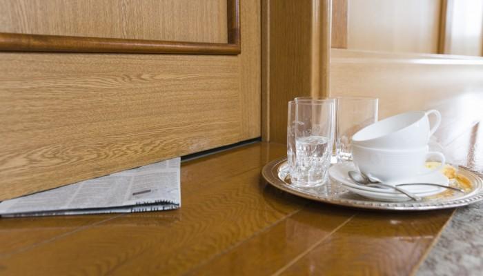 Leeres Geschirr vor Hotelzimmer
