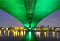 Grün erleuchtete Kingston Bridge in Glasgow