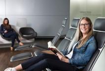 Frau liest Buch im neuen Wartebereich am Flughafen Frankfurt