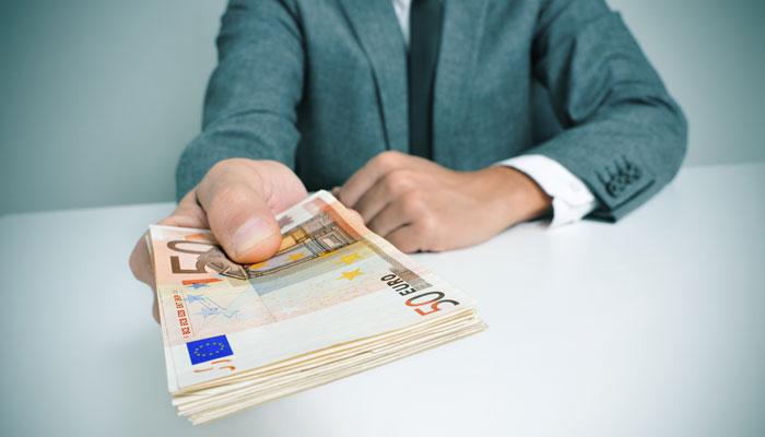 Geschäftsmann mit Euro-Scheinen