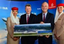 Austausch der Gastgeschenke anlässlich der Emirates A380-Erstlandung. Von links nach rechts: Dr. Ludger Dohm, Sprecher der Geschäftsführung des Düsseldorfer Flughafens; Thierry Antinori, Emirates Executive Vice President und Chief Commercial Officer.