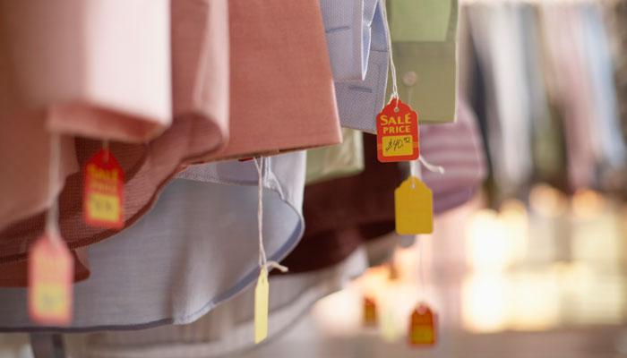Hemden im Laden mit Preisschild