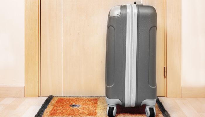 Koffer vor der Wohnungstür