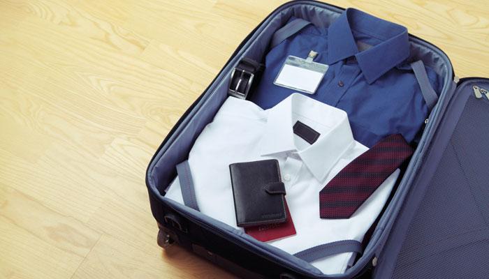Hemden und Krawatte im Koffer