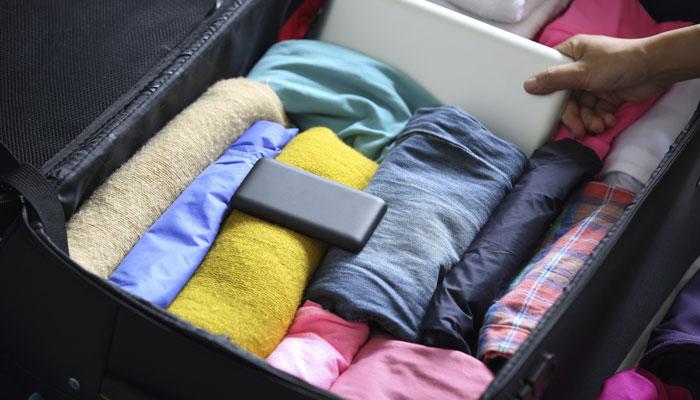 Koffer mit gerollter Kleidung