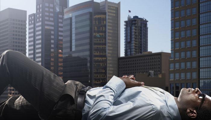 Geschäftsmann entspannt vor Skyline