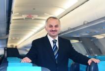 Temel Kotil in der Flugzeugkabine