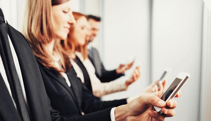 Viele Geschäftsreisende greifen unterwegs auf Apps zurück. Foto: iStock
