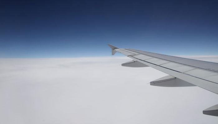 Tragfläche eines Flugzeugs vor Horizont
