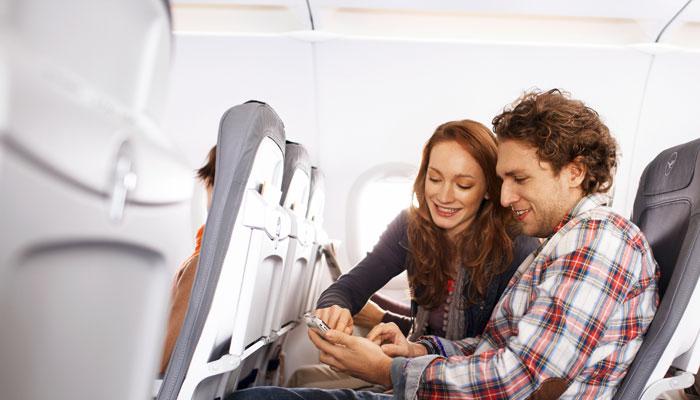 Zwei Passagiere an Bord der Lufthansa