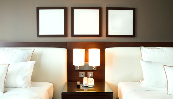 Leere Bilderrahmen Hotelzimmer
