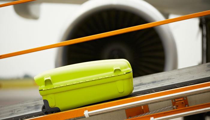 Gepäck wird in Flugzeug geladen