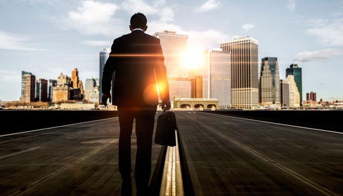 Geschäftsmann vor Skyline