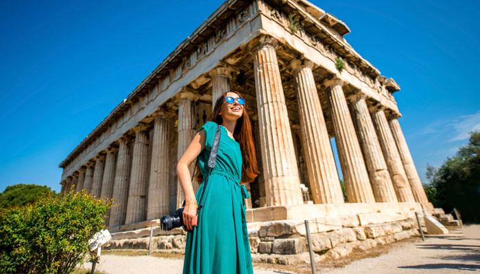 Frau vor Akropolis in Athen