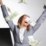 Frau lässt Banknoten regnen