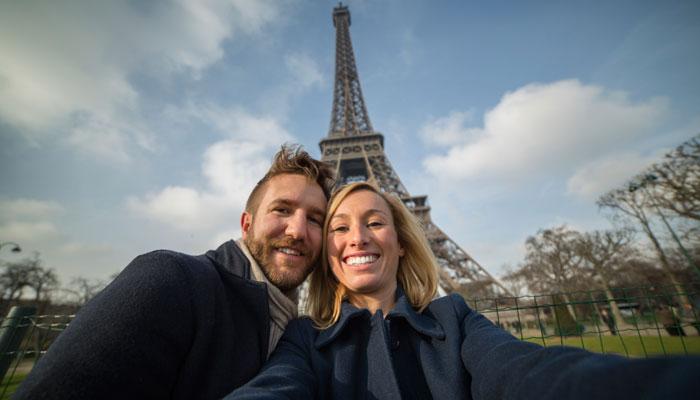 Zwei Touristen machen Selfie vor Eiffelturm