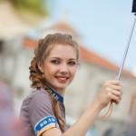 Reiseführerin mit Regenschirm