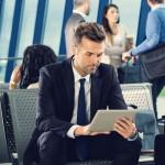 Mann mit Tablet am Flughafen