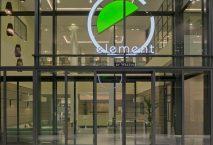 Eingangsbereich des Element Hotel in Amsterdam