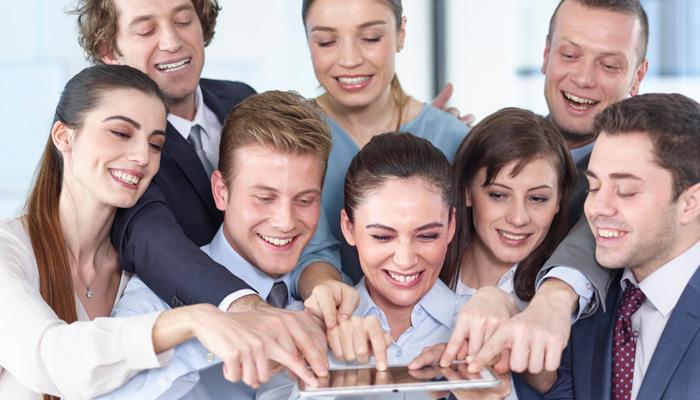 Geschäftsleute drücken auf Tablet