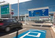 Auto vor dem Parkplatz zum Terminal vom Flughafen Frankfurt