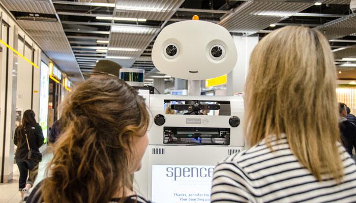 Roboter Spencer mit zwei Passagierinnen