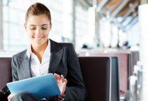 Geschäftsfrau am Flughafen mit Tablet