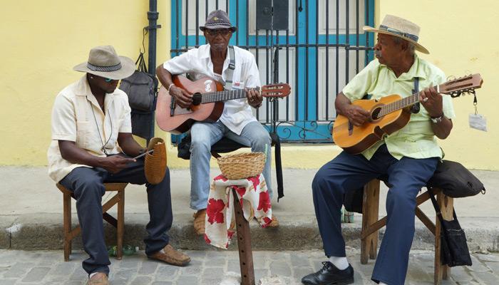 Auch vor Wohnhäusern und in kleinen Gassen wird musiziert