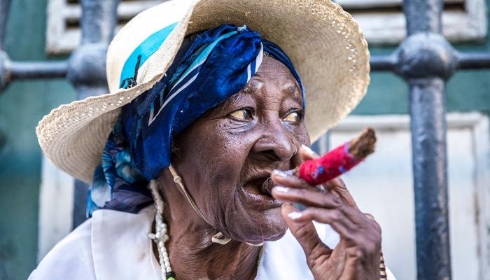 Kubanische ältere Dame mit Zigarre