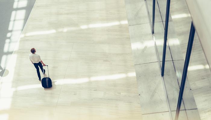 Geschäftsreisender mit Koffer
