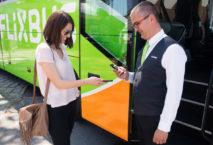 Frau mit Flixbus-Fahrer