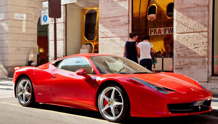 Sportwagen parkt vor Geschäft in Mailand