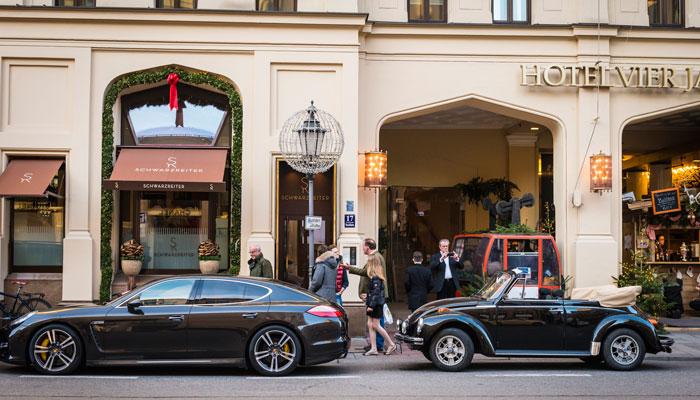 Autos parken vor Hotel Vier Jahreszeiten in München