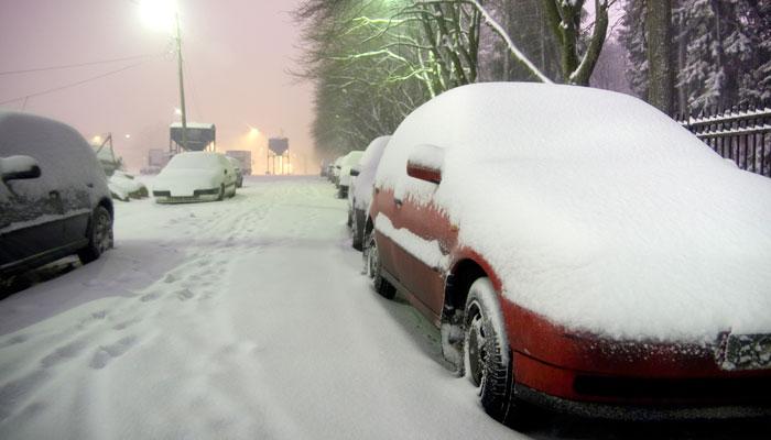 Schneebedeckte parkende Autos in Oslo