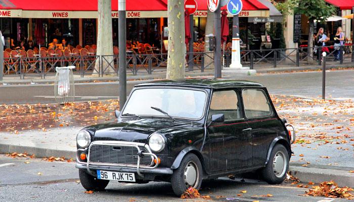 Mini Cooper parkt vor Café in Paris
