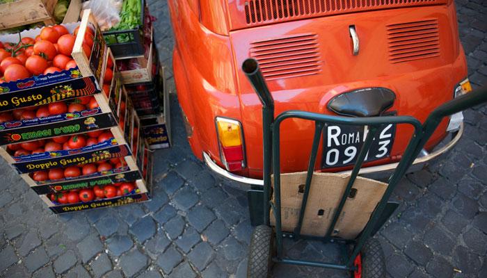 Fiat 500 auf Markt in Rom