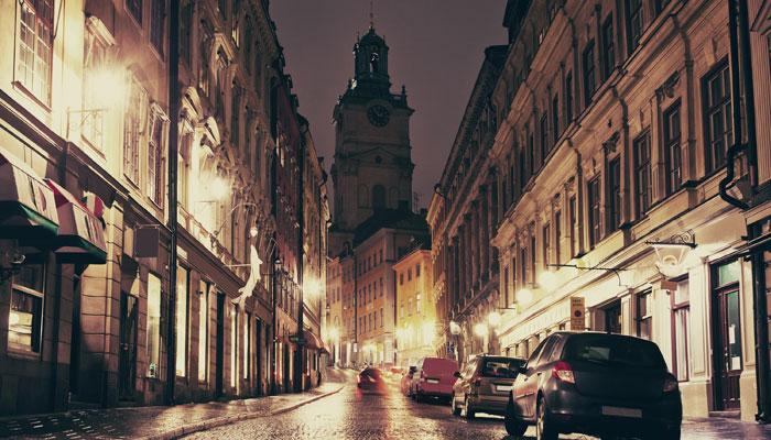 Parkende Autos bei Nacht in Stockholm