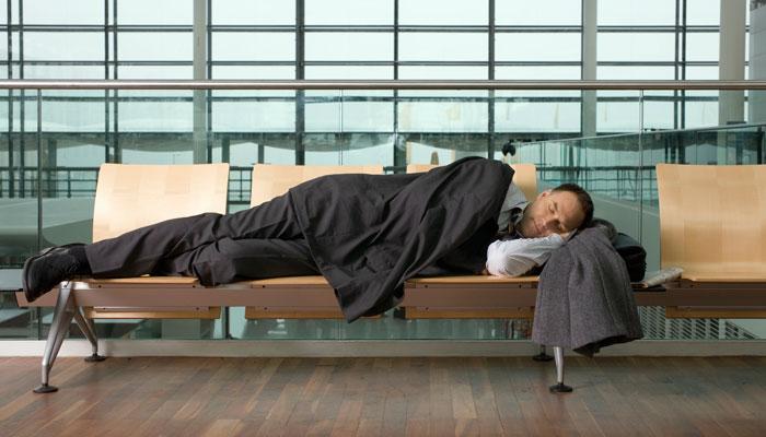 Schlafender Geschäftsmann am Flughafen
